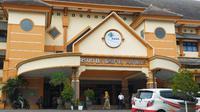 RS Saiful Anwar jadi rujukan utama penanganan Covid - 19 di Malang. Selain rumah sakit ini, sudah ditunjuk tiga rumah sakit lagi di Malang sebagai rujukan awal (Liputan6.com/Zainul Arifin)