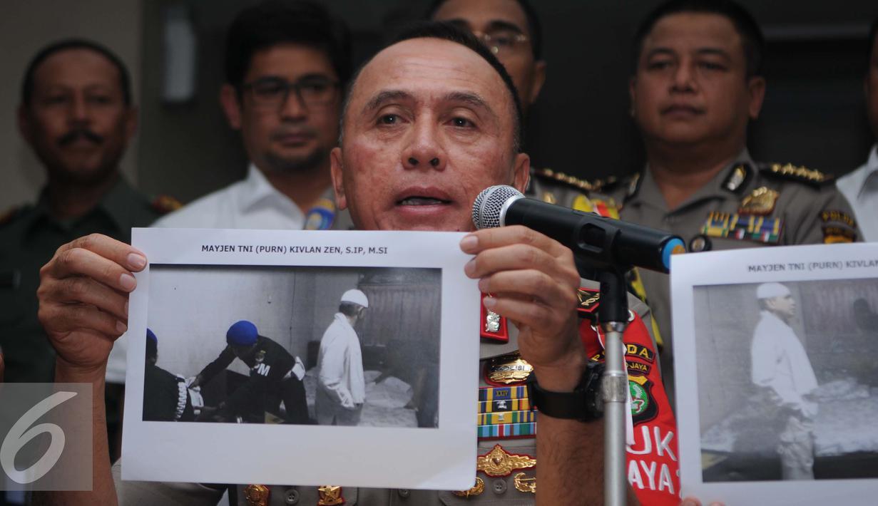 Kapolda Metro Jaya, Irjen Pol Mochammad Iriawan menunjukkan gambar Mayjen (Purn) Kivlan Zein jelang ditangkap, Jakarta, Selasa (6/12). Iriawan memastikan penangkapan Kivlan Zein, sudah sesuai prosedur hukum. (Liputan6.com/Gempur M Surya)