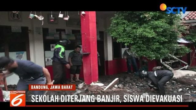 Banjir bandang ini sempat membuat panik siswa dan guru yang sedang belajar di dalam kelas. Para siswa bisa menyelamatkan diri dengan cara naik ke atas bangku.