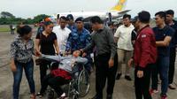 Istri Kapten Hotlan Saragih, Bripka Hotriani br Purba menangis mengiringi jenazah suaminya. (Liputan6.com/Reza Perdana)