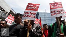 Sejumlah demonstran membawa spanduk saat menggelar aksi unjuk rasa di depan kantor Freeport, Jakarta, Rabu (26/11). Dalam aksinya mereka menuntut agar pemerintah tidak memperpanjang kontrak dengan Freeport. (Liputan6.com/Helmi Afandi)