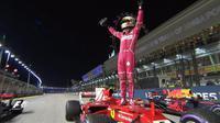 Sebastian Vettel merebut pole position F1 GP Singapura setelah mengukir waktu lap tercepat pada kualifikasi di Sirkuit Marina Bay, Sabtu (16/9/2017). (Twitter/F1)