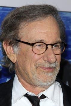 Telinga Steven Spielberg mengalami tanda Frank. Kathy Hutchins/Shutterstock.com