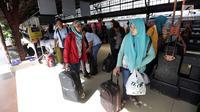Calon penumpang menunggu kereta di Stasiun Pasar Senen, Jakarta, Jumat, (22/12). Memasuki masa libur panjang Natal 2017 dan Tahun Baru 2018 akan PT. KAI akan mengoperasikan 17 Kereta Api tambahan. (Liputan6.com/Johan Tallo)