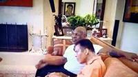 Muhammad Ali saat sedang membaca Alquran dan ditemani Mike Tyson yang tengah tersenyum. (Facebook)