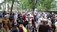 Massa 1812 Menuntut Pemimpin FPI RIzieq Shihab Dibebaskan. (Foto: Yopi Makdori/Liputan6.com).
