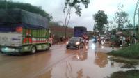 Material longsoran menimbun jalan nasional lintas selatan (JLS) Jawa Tengah di titik Desa Padangjaya, Majenang, Cilacap, Jawa Tengah. (Foto: Liputan6.com/Adib untuk Muhamad Ridlo)