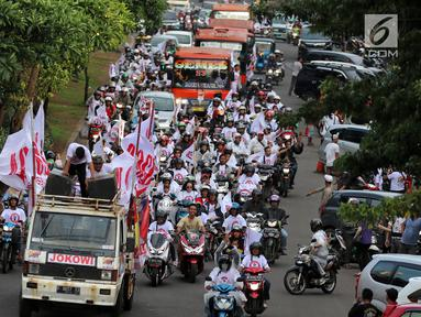 Relawan capres dan cawapres nomor urut 01 Joko Widodo atau Jokowi dan Ma'ruf Amin menggelar konvoi menuju lokasi debat Pilpres 2019 di Jakarta, Minggu (17/2). Massa berkonvoi menggunakan sepeda motor, bus, dan truk.(Www.sulawesita.com)