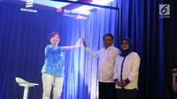 Direktur Teknologi XL Axiata, Yessie D. Yosetya (kiri dalam bentuk hologram) menyapa Menteri Komunikasi dam Informatika RI, Rudiantara dan Presdir & CEO XL Axiata, Dian Siswarini dalam acara Uji Coba Teknologi 5G dan Fiberisasi Jaringan di Jakarta, Rabu (21/8/2019). (Liputan6.com/Angga Yuniar)