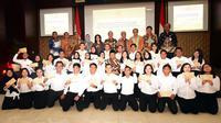 Menseneg Pratikno bersama para pejabat lainnya berfoto bersama 34 CPNS Setkab, usai penyerahan SK di Aula Gedung IIII Kemensetneg, Jakarta, Kamis (28/2) pagi. (Foto: Rahmat/Humas/Setkab)