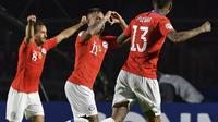 Pemain Timnas Chile, Eduardo Vargas (tengah), berselebrasi bersama rekan-rekan setimnya setelah menjebol gawang Timnas Jepang pada laga Grup C Copa America 2019, Selasa (18/6/2019) pagi WIB. (AFP/Nelson Almeida)