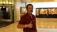 Manajer Persib Bandung, Umuh Muchtar saat tiba di Hotel Sulta, Jakarta, Sabtu (2/4/2016). (Bola.com/Nicklas Hanoatubun)
