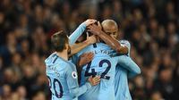 Para pemain Manchester City memeluk Yaya Toure usai laga melawan Brighton and Hove Albion di Stadion Etihad, Rabu (9/5/2018). Laga tersebut menjadi ajang perpisahan sang pemain bersama The Citizens. (AFP/Oli Scarff)