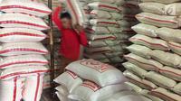 Pekerja mengangkut karung beras di Pasar Induk Beras Cipinang, Jakarta, Senin (15/1). Wagub Sandiaga Uno mengatakan Pemprov DKI akan selalu membeli beras Sulawesi dan Banten karena lebih memprioritaskan beras dari petani. (Liputan6.com/Immanuel Antonius)
