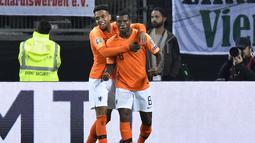 Gelandang Belanda, Georginio Wijnaldum berselebrasi usai mencetak gol ke gawang Jerman pada pertandingan grup C  kualifikasi Euro 2020 di Hamburg, Jerman (6/9/2019). Belanda menang telak 4-2 atas Jerman. (AP Photo/Martin Meissner)
