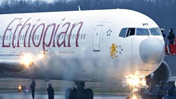 Pesawat maskapai Ethiopian Airlines dibajak sekelompok orang (The Guardian).