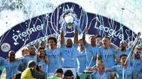 Kapten Manchester City, Vincent Kompany, mengangkat piala saat merayakan gelar juara Liga Inggris di Stadion American Express Community, Brighton, Minggu (12/5). City juara setelah unggul satu poin dari Liverpool. (AFP/Glyn Kirk)