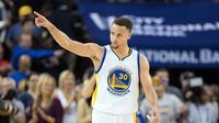 Bintang Golden State Warriors, Stephen Curry, melakukan selebrasi setelah mencetak angka saat mengalahkan Portland Trail Blazers dalam lanjutan NBA 2016 di Oracle Arena, Oakland, Senin (4/4/2016) WIB. (USA TODAY Sports via REUTERS/Kyle Terada)