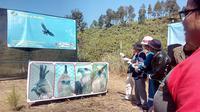 Nampak beberapa orang tengah menarik tambang penutup kandanga, dalam salah  satu prosesi pelepasliaran elang ke alam bebas di PKEK Kamojang Garut (Liputan6.com/Jayadi Supriadin)