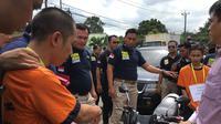 Suasana prarekonstruksi mutilasi Nur Atikah alias Nuri di RT 12/01, Desa Telaga Sari, Kecamatan Cikupa, Kabupaten Tangerang (Liputan6.com/Pramita)