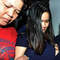 Jessica Kumala Wongso (tengah) saat di gelandang petugas Polda Metro Jaya ke ruang tahanan, Sabtu (30/1). Jessica ditahan selama 20 hari untuk jalani pemeriksaan lanjut kasus kopi sianida. (Liputan6.com/JohanTallo)