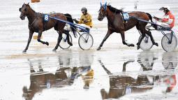 Tampak dua orang peserta sedang memacu kudanya di atas lumpur saat berkompetisi di Wadden Race, Lower Saxony, Jerman, Minggu (12/7/2015). Balap kuda di Laut Wadden juga pernah dilakukan pada 2010. (REUTERS/Fabian Bimmer)