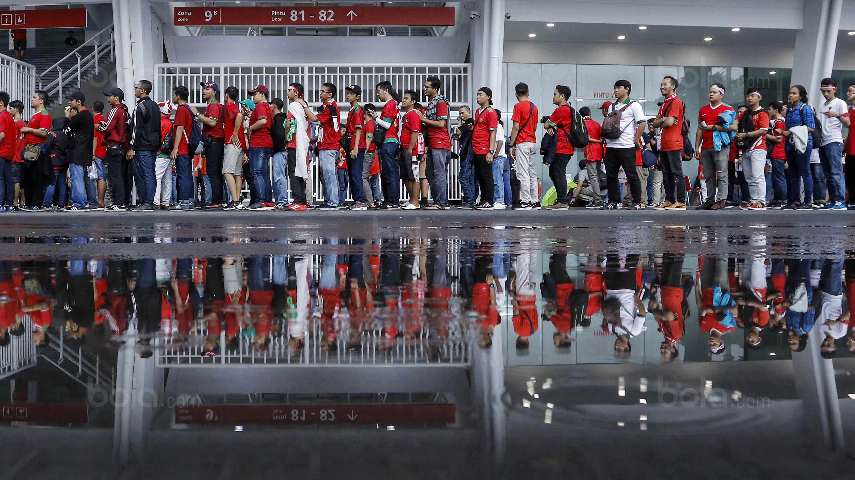 Sejumlah suporter antri untuk menyaksikan laga persahabatan antara Timnas Indonesia melawan Islandia di Stadion Utama Gelora Bung Karno, Jakarta, Minggu (14/1/2018). Timnas Indonesia kalah 1-4 dari Islandia. (Bola.com/M Iqbal Ichsan)