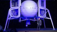 CEO Amazon Jeff Bezos mengumumkan Blue Moon, kendaraan pendaratan ke Bulan, selama acara Blue Origin di Washington, Amerika Serikat, 9 Mei 2019. Jeff Bezos berbagi kabar pengunduran dirinya melalui sebuah surat. (SAUL LOEB/AFP)