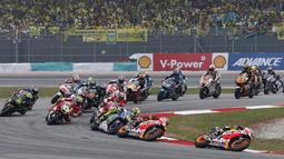 Persaingan ketat terjadi sejak start dimulai di MotoGP Malaysia 2015 yang digelar di Sirkuit Sepang, Malaysia, Minggu (25/10/2015). (Reuters/Olivia Harris)