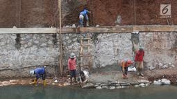 Aktivitas pekerja saat membangun turap di bantaran Kali Cijantung, Jakarta Timur, Kamis (11/10). Pembangunan turap bertujuan mencegah longsor yang dapat membahayakan warga sekitar. (Liputan6.com/Immanuel Antonius)