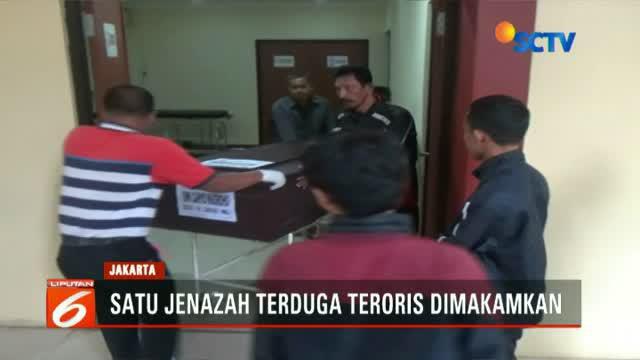Terduga teroris yang ditembak mati Densus 88 di Cianjur, dimakamkan di TPU Pondok Rangon, Cipayung, Jakarta Timur, Jumat ini.
