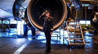 Pilot TAP Air Portugal, Ana Sousa (45) berpose di sebuah hanggar TAP di Lisbon, Portugal, Rabu (28/2). Ana Sousa telah menjadi pilot selama 11 tahun. (AFP PHOTO/PATRICIA DE MELO MOREIRA)