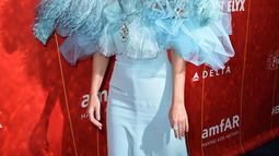 Penyanyi Katy Perry berpose saat menghadiri Gala amfAR Los Angeles yang kesembilan di Beverly Hills, California, AS, (18/10). Katy Perry dinilai kerap mengikuti berbagai kegiatan kemanusiaan lainnya. (AP Photo/Jordan Strauss)