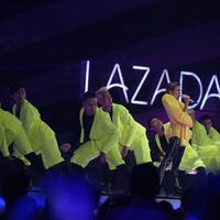 Tampil enerjik dengan busana seru, Agnez Mo meriahkan Lazada Super Party. (Foto: Dok. Lazada)