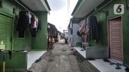 Suasana saat pemberlakuan karantina wilayah atau lockdown di RT 01 RW 04, Kelurahan Semper Barat, Cilincing, Jakarta Utara, Kamis (3/6/2021). Karantina wilayah diberlakukan selama 10 hari usai sebanyak 22 warga terkonfirmasi positif Covid-19 setelah mengikuti tahlilan. (merdeka.com/Iqbal S Nugroho)