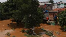 Aliran Sungai Ciliwung yang meluap di kawasan Pejaten Timur, Jakarta, Jumat (26/4). Banjir kiriman melalui Sungai Ciliwung yang berasal dari Bogor tersebut mengakibatkan sejumah wilayah di Ibukota terendam banjir. (Liputan6.com/Immanuel Antonius)