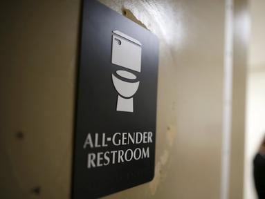 Pintu bertuliskan 'All-gender restroom' terlihat di toilet netral gender pertama di Santee High School, Los Angeles, California, AS, Senin (18/4). Toilet disediakan sebagai langkah mendukung dan menampung siswa transgender. (REUTERS/Lucy Nicholson)