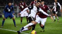 Striker Juventus, Cristiano Ronaldo, mengontrol bola saat melawan Torino pada laga Serie A Italia di Stadion Olimpico, Turin, Sabtu (2/11). Torino kalah 0-1 dari Juventus. (AFP/Marco Bertorello)
