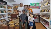 Mantan kiper Arema FC, Sandi Firmansyah, berada di toko makanan ringan yang menjadi bisnisnya. (Bola.com/Gatot Susetyo)