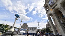 Suasana Alun-Alun Kemerdekaan yang dihiasi bola kaki besar di Kiev, Ukraina (22/5). Kota Kiev akan menjadi tuan rumah penyelenggaraan final Liga Champions antara Real Madrid dan Liverpool di Olimpiyskiy Stadion. (AFP Photo/Sergei Supinsky)