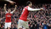 Striker Arsenal, Henrikh Mkhitaryan berselebrasi setelah berhasil mencetak gol ke gawang Watford pada lanjutan pertandingan Liga Inggris di Emirates Stadium, Minggu (11/3). Arsenal sukses mengandaskan Watford dengan skor menyakinkan 3-0. (AP/Matt Dunham)