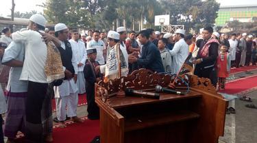 Jemaah Majelis Taqorub Ilalloh kabupaten Garut, Jawa Barat  melangsungkan lebaran hari ini, satu hari lebih cepat dibanding keputusan pemerintah.