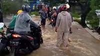 Hujan deras mengakibatkan banjir di Permata Biru,  Kecamatan Cileunyi, Kabupaten Bandung, Jumat (7/2/2020). (Liputan6.com/Huyogo Simbolon)