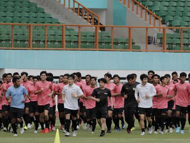Pemain Timnas Indonesia U-19 saat menggelar sesi latihan di Stadion Wibawa Mukti, Cikarang, Senin (13/1/2020). Sebanyak 51 pemain mengikuti seleksi untuk memperkuat skuat utama Timnas Indonesia U-19. (Bola.com/M Iqbal Ichsan)