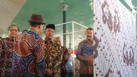 Mendikbud Muhadjir Effendy berkenalan dengan motif batik kepemimpinan dalam pembukaan Jogja International Batik Bienalle 2018 (Liputan6.com/ Switzy Sabandar)