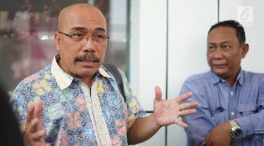 Pengguna KRL Commuter Line, Azas Tigor Nainggolan, menyampaikan keterangan saat mendaftarkan gugatan terhadap PT PLN (Persero) terkait mati listrik massal beberapa waktu lalu di PN Jakarta Selatan, Rabu (21/8/2019). Tigor meminta hakim menyatakan PLN bersalah. (Liputan6.com/Immanuel Antonius)