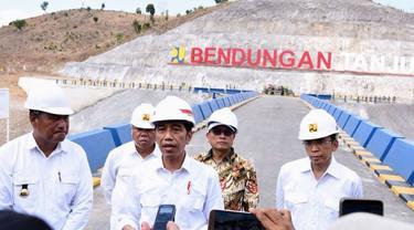 Presiden RI Joko Widodo (Jokowi) meresmikan Bendungan Tanju di Kabupaten Dompu, Nusa Tenggara Barat (NTB), Senin (30/7/2018). (Dok Kementerian PUPR)