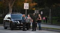 Orangtua siswa yang panik mencari kabar anak mereka setelah laporan penembakan massal sekolah menengah atas di Parkland, Florida, AS, Rabu (14/2). Pelaku sebelumnya pernah bersekolah di sekolah itu, dan dikeluarkan karena pelanggaran disiplin (AP PHOTO)