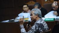 Mantan Wakil Ketua Komisi II DPR yang juga Gubernur Jawa Tengah, Ganjar Pranowo memberi kesaksian dalam sidang lanjutan dugaan korupsi pengadaan e-KTP dengan terdakwa, Setya Novanto di Pengadilan Tipikor, Kamis (8/2). (Liputan6.com/Helmi Fithriansyah)