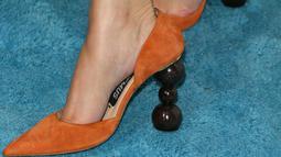 Sepatu hak tinggi yang dikenakan Selena Gomez saat menghadiri WE Day California di The Forum di Inglewood, (19/4). Hak sepatu Selena Gomez berbentuk sangat unik karena terdiri dari tiga bulatan dan berbahan suede. (AFP Photo/Jean-Baptiste Lacroicx)